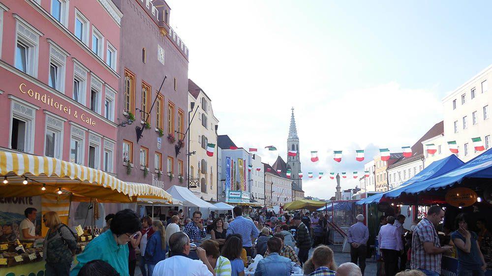 Einkaufssonntag mit italienischen Schmankerlmarkt